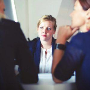 Cómo atraer y retener abogados jóvenes en tu estudio jurídico